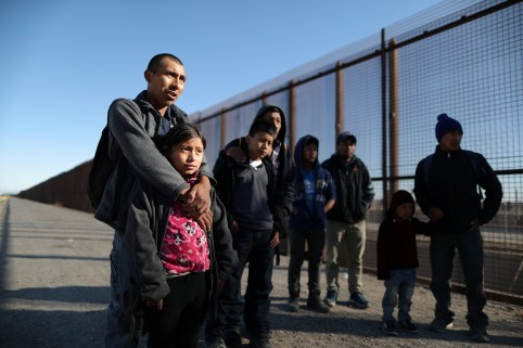 A group of Central American migrants surrenders to U.S. Border Patrol Agents south of the U.S.-Mexico border fence in El Paso, Texas, U.S., March 6, 2019.  REUTERS/Lucy Nicholson - RC1EFD427530