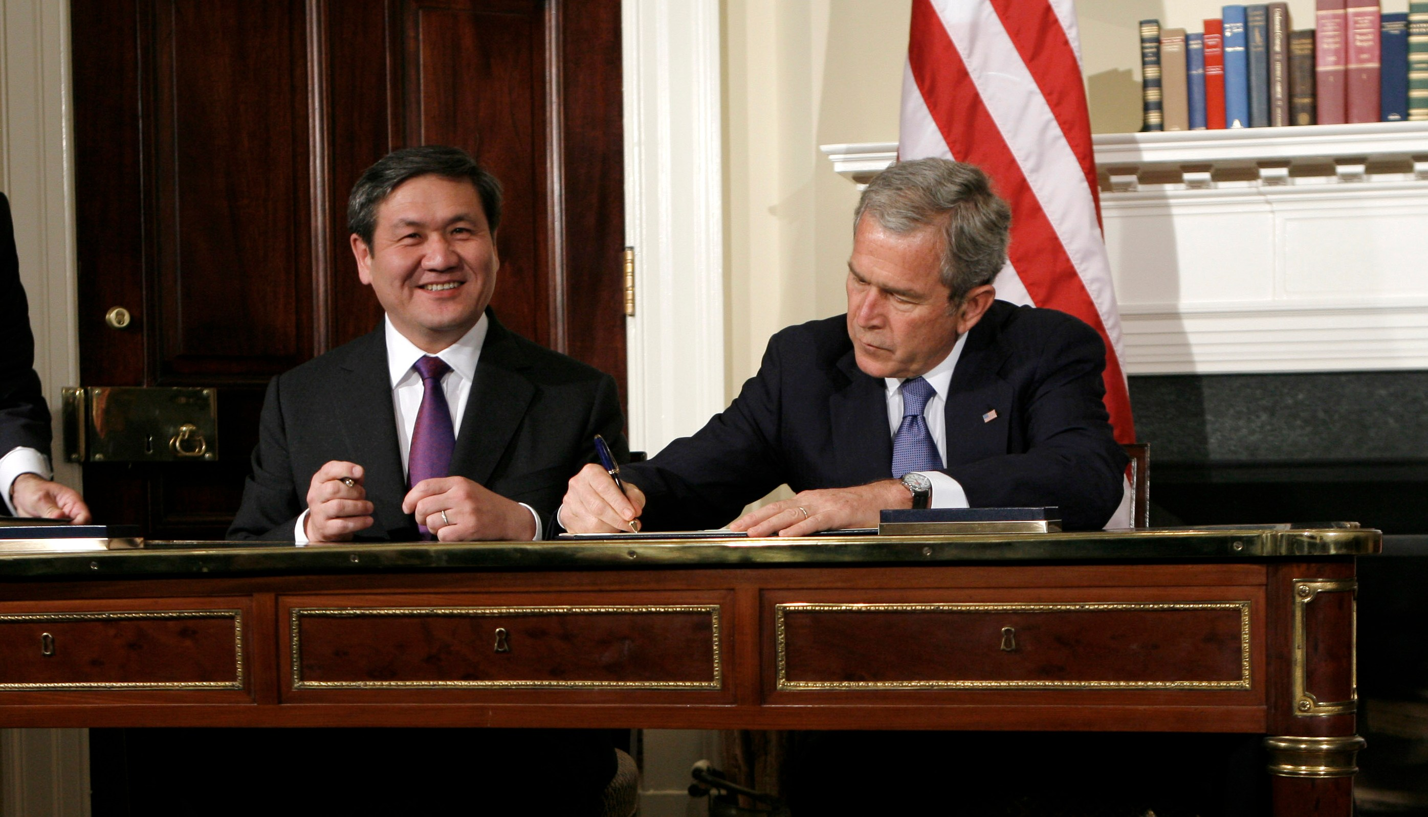 U.S. President George W. Bush (R) and Mongolian President Nambaryn Enkhbayar sign the Millennium Challenge Corporation Compact at the White House in Washington October 22, 2007.    REUTERS/Kevin Lamarque  (UNITED STATES) - GM1DWKURZWAA