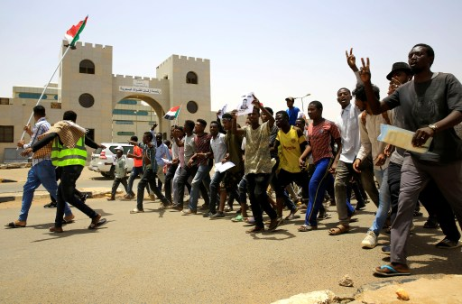 Sudanese demonstrators chant slogans during the sit-in protest, outside Defence Ministry in Khartoum, Sudan April 18, 2019. REUTERS/Mohamed Nureldin Abdallah - RC1BF818B3C0