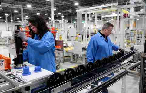 General Motors production workers Dina Mays and Joseph Stanton work on the 10-speed transmission assembly at the General Motors (GM) Powertrain Transmission plant in Toledo, Ohio, U.S. March 6, 2019. Picture taken March 6, 2019.  REUTERS/Rebecca Cook - RC18171696D0