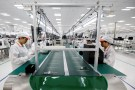 Manufacturers work at an assembly line of Vingroup's Vsmart phone in Hai Phong,Vietnam December 4, 2018. REUTERS/Kham - RC16DDBFE340