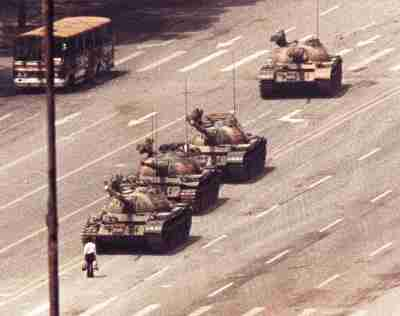 A man stands in front of a convoy of tanks in the Avenue of EternalPeace in Beijing, June 5, 1989. REUTERS/Arthur TsangAS - RP3DRIJQLTAA
