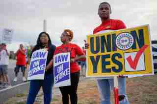 General Motors assembly workers and their supporters gather to picket outside the General Motors Bowling Green plant during the United Auto Workers (UAW) national strike in Bowling Green, Kentucky, U.S., September 20, 2019.  REUTERS/Bryan Woolston - RC122F87C370