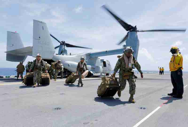 U.S. Marines Corps haul their gear out of a MV-22B Osprey that evacuated them to the USS Kearsarge aircraft carrier as U.S. military continues to leave the U.S. Virgin Islands in advance of Hurricane Maria, in the Caribbean Sea near the islands September 17, 2017. Picture taken on September 17, 2017.    REUTERS/Jonathan Drake - RC1B0BC5AEB0