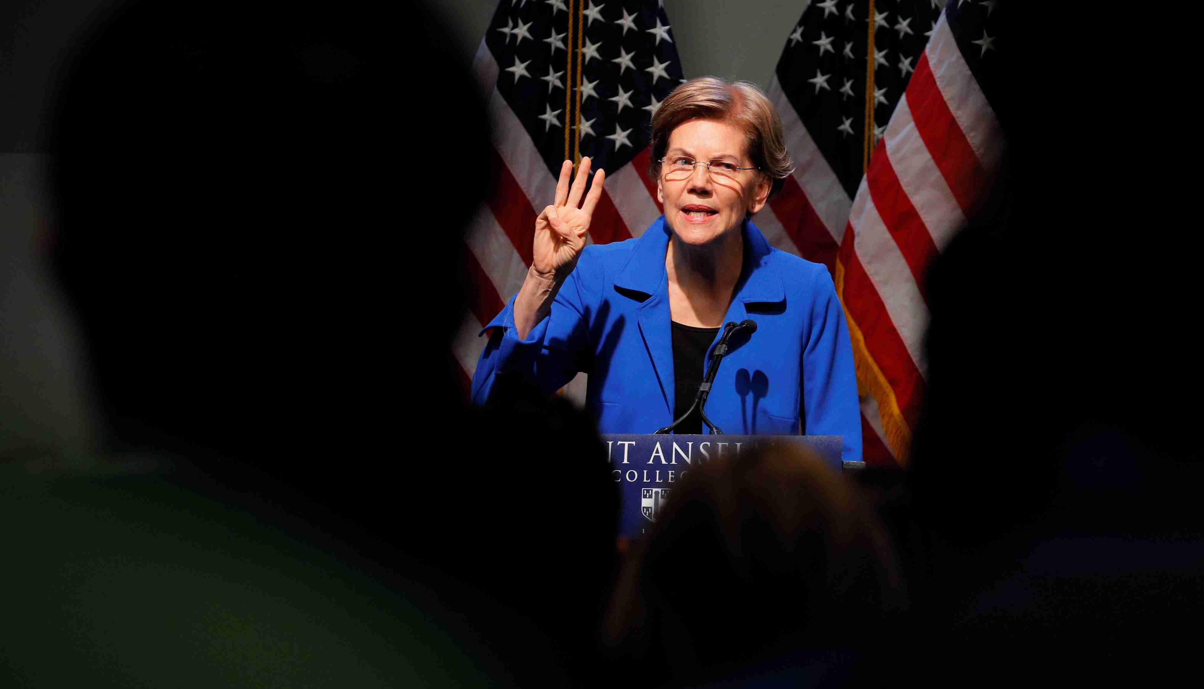 Democratic 2020 U.S. presidential candidate and U.S. Senator Elizabeth Warren (D-MA) delivers a campaign economic speech at Saint Anselm College's Institue of Politics in Manchester, New Hampshire, U.S., December 12, 2019.   REUTERS/Brian Snyder - RC2TTD9M43SN