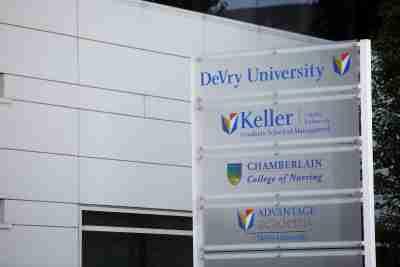 Les noms des programmes proposés à DeVry University sont affichés sur un panneau à Chicago, Illinois, États-Unis, le 20 septembre 2017. Photo prise le 20 septembre 2017. REUTERS / Joshua Lott