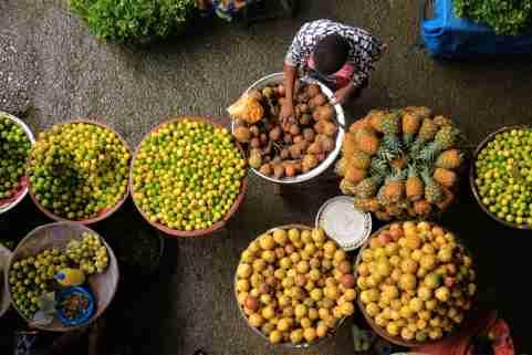 A fruit seller is seen in a market amid the coronavirus disease (COVID-19) outbreak in Adjame a neighbourhood of Abidjan, Ivory Coast June 18, 2020. REUTERS/Thierry Gouegnon.