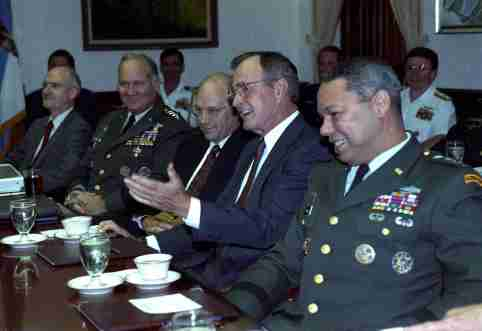 President George H.W. Bush meets with his military advisors at the Pentagon to duscuss the Gulf crisis August 15, 1990. From left are: General Norman Schwarzkopf, chief of Middle East forces, Defense Secretary Dick Cheney, Bush and Chairman of the Joint Chiefs of Staff Colin Powell.  REUTERS/Gary Cameron (UNITED STATES  - Tags: POLITICS)  BEST QUALITY AVAILABLE