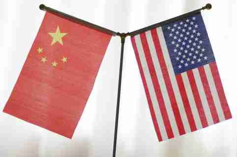 --FILE--National flags of China and the United States are seen in Ji'nan city, east China's Shandong province, 14 June 2018. 