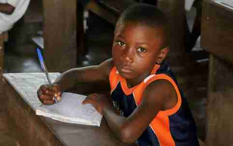 A child attends a class at the Wangata commune school during a vaccination campaign against the outbreak of Ebola, in Mbandaka, Democratic Republic of Congo, May 23, 2018. REUTERS/Kenny Katombe - RC1B068B55A0