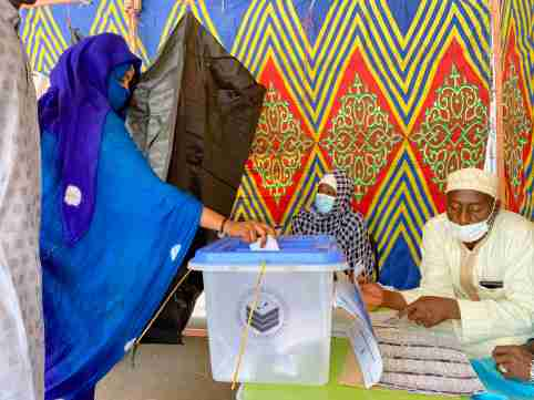 A woman casts her ballot at the pooling station during the presidential election in N'Djamena, Chad April 11, 2021. REUTERS/ Media Coulibaly NO RESALES. NO ARCHIVES
