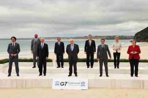 (L to R): Canada's Prime Minister Justin Trudeau, European Council President Charles Michel, U.S. President Joe Biden, Japan's Prime Minister Yoshihide Suga, Britain's Prime Minister Boris Johnson, Italy's Prime Minister Mario Draghi, France's President Emmanuel Macron, European Commission President Ursula von der Leyen and Germany's Chancellor Angela Merkel pose for a family photograph of the G7 summit in Carbis Bay, Cornwall, England on June 11, 2021. ( The Yomiuri Shimbun )