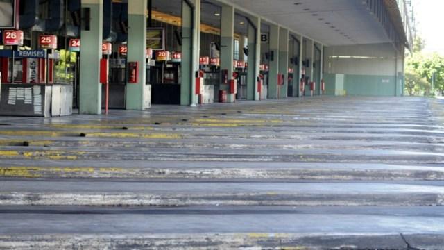 zzzznacp2 NOTICIAS ARGENTINAS BAIRES MAYO 4: Aspecto de la Terminal de Omnibus de Retiro al cumplirse el tercer dia del pára de choferes de larga distancia. Foto NA: H.Villalobos zzzz