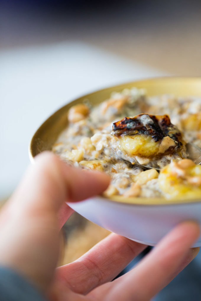 More than a recipe, this oats with caramelized bananas is an idea on how to transform a bland oatmeal breakfast into something delicious and magical.