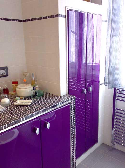 Arredo bagno sportelli in legno a laccatura viola - Arredo bagno viola ...