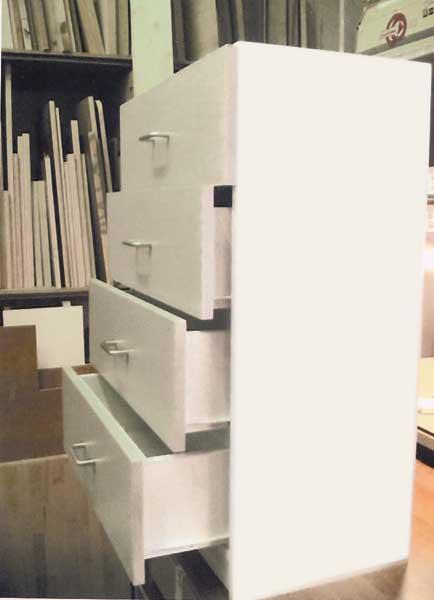 Cassettiera su misura laccata bianca, realizzata per sfruttare al centimetro lo spazio disponibile