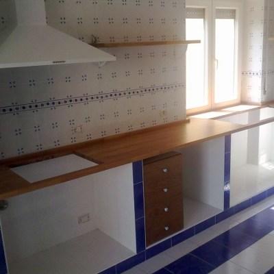 Top cucina in muratura con mensole e cassettiere