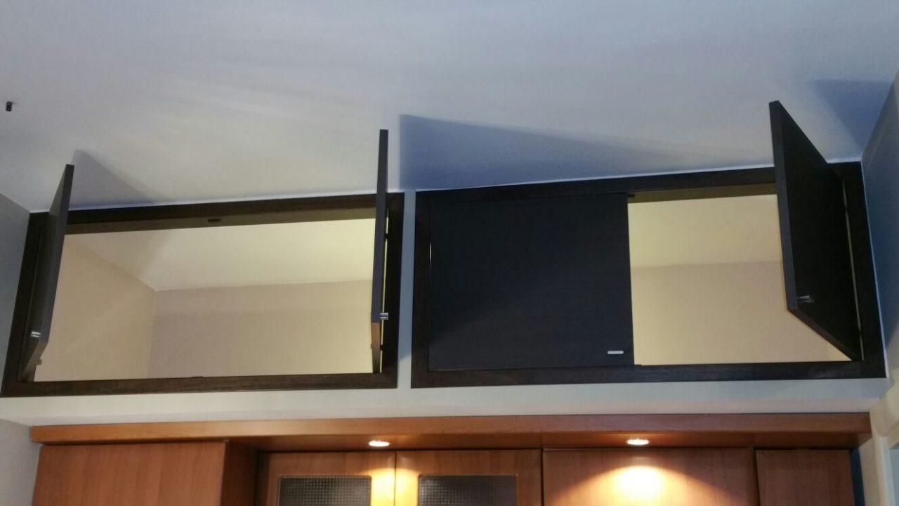 sportelli per soppalchi in laminato grigio e Armadio a muro con sportelli allestimento interno