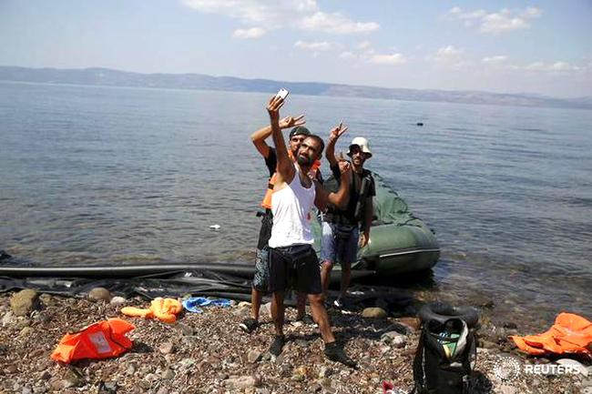 Migrant arriving on Lesbos beach sends selfie back home, telling them to follow him