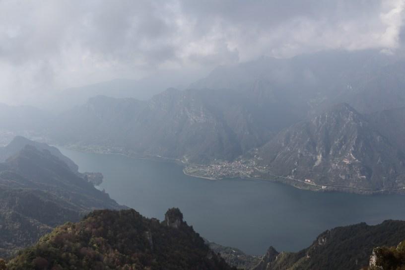 Blick vom Mt. Stino auf den Idrosee. Leider Wolkenverhangen.