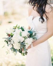 brud-brudekjole-brudebukett-vårbryllup-påske-bryllup-bondebryllup-låvebryllup