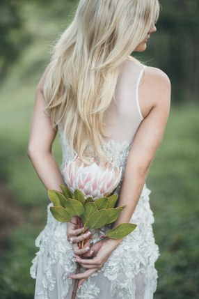 brud-trash-the-dress-skog-tre-protea-brudebukett