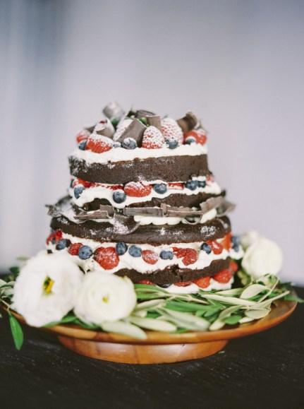 bryllupskake-sjokoladekake-med-bær