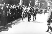 1933 Bei der Pfingstparade: von links SA-Mann, Fähnrich mit Hakenkreuzfahne, Parteimann der NSDAP
