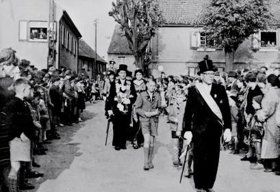 1955 Königspaar Wilhelm Mehl auf dem Weg zur Königsparade, davor Helmut Huppertz, Heinz Schlömer und Brudermeister Franz Mertzbach