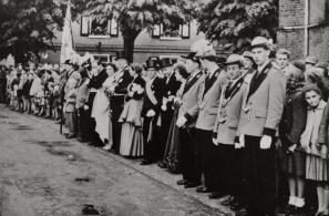 1957 König Willi Wimmers bei der Königinnenparade am Pfingstdienstag. Rechts Prinz Heinz Franke mit Ministern Josef Bertrams und Heinrich Heinen und Adjutant Gerd Urban