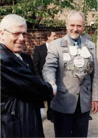 1997 Karl-Heinz Pape gratuliert dem neuen Schützenkönig Wilfried Hermanns