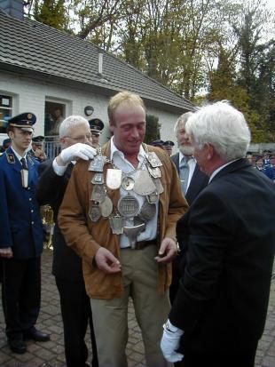 2001 Johannes Olland ist neuer Schützenkönig. Dahinter Karl Heinz Pape, im Vordergrund Pater Franz.