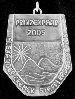Die Prinzenplakette von Alexander Cremer und Steffi Radermacher symbolisiert eine Landschaft, naheliegend, da der Prinz den Beruf des Landschaftsgärtners ausübt.