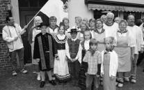 Der Heimatverein mit Nachwuchs in europäischen Trachten