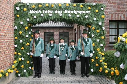 2007 Schülerprinz Alexander Winkens, vor dem Königshaus am Pfingstsonntag. Minister Tim Vollbrecht und Paul Schlagheck; Wache Heiner Ditges und Christoph Clever, 2. Jägerzug (v.l.n.r.)