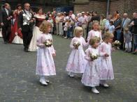 Die Blumenkinder am Pfingstsonntag bei Einzug auf den Kirchplatz