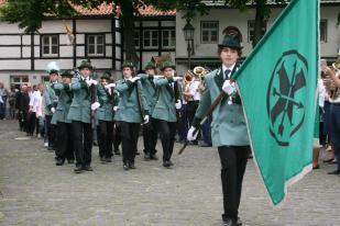 ... gefolgt von den Jungschützen mit Fahne