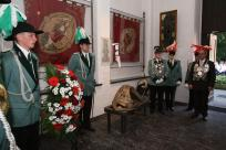 Gefallenenehrung am Pfingstmontag am Ehrenmal. König Karl-Josef Wolters und Prinz Michael Kippe legen einen Kranz nieder.