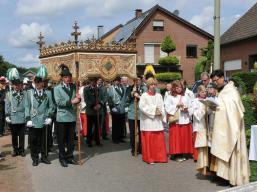 2012 Fronleichnam. Pfarrer Huu Duc Tran mit Begleitung der St. Sebastianus Schützenbruderschaft Beeck