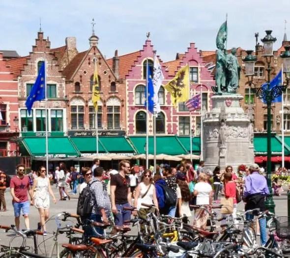Bruges, en été, du monde sur la place