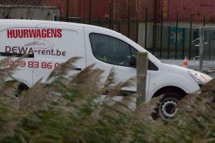 Is deze veiligheidsagent in huurwagen ingehuurd om nieuwsgierigen op een afstand te houden?