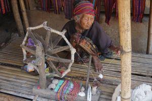 Traditioneel spinnen in Sasak Sade Village