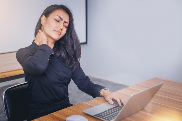 femme-travaillant-visage-souffrant-nuque-douloureuse-travailler-ordinateur-portable_38335-378