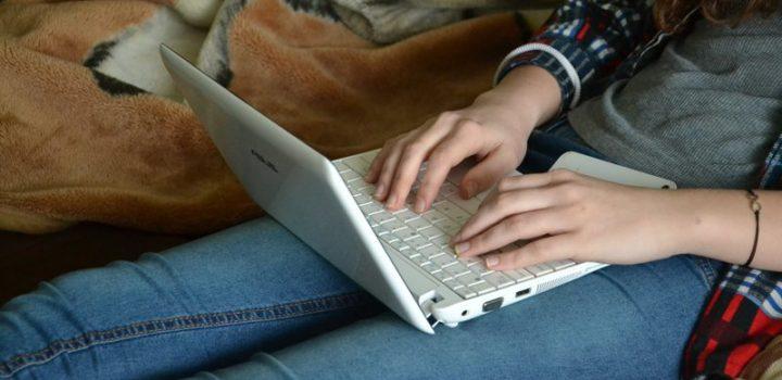 ragazza che digita su un laptop