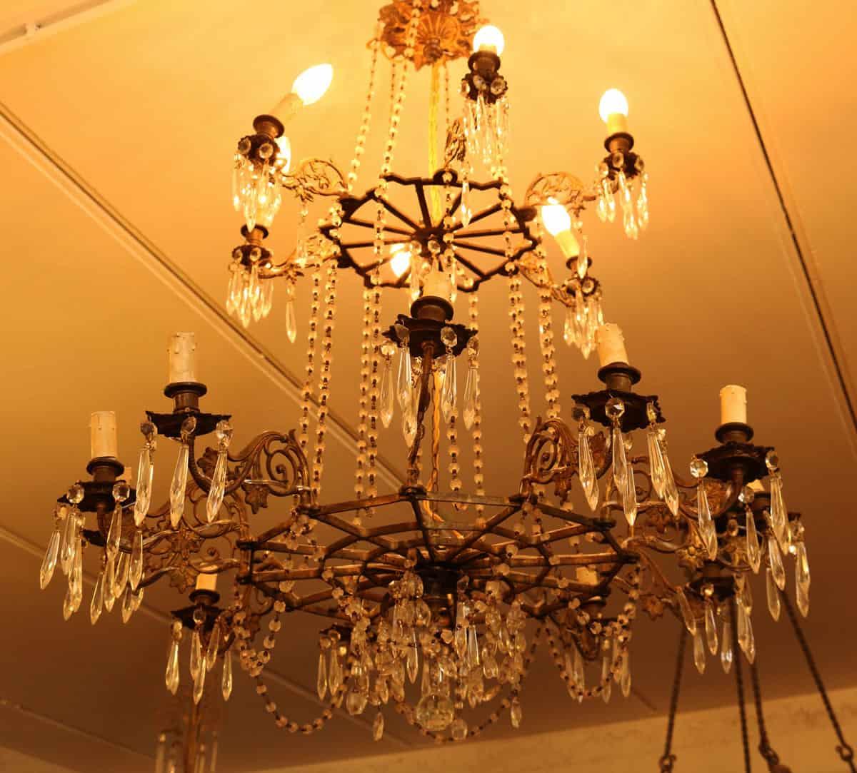 lampadario classico da sala ottone e cristallo 8 fiamme anni '60 pregevole lampadario classico, anni '60, ad 8 bracci in ottone e cristallo. Lampadario Gocce Di Cristallo Antiquariato Bruno Bernardi