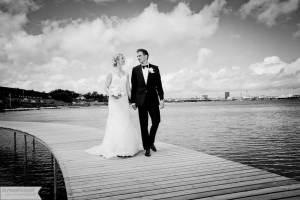 brudeparret skubbes tæt sammen