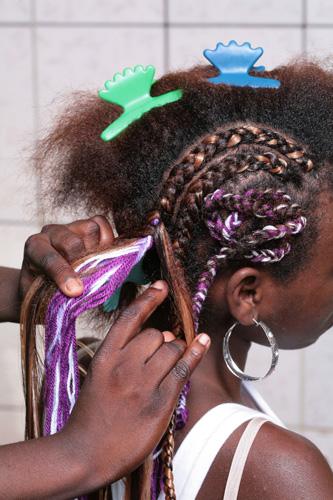 Divida os cabelos restantes em várias mechas de diferentes espessuras para iniciar a confecção das tranças|Moisés Moraes