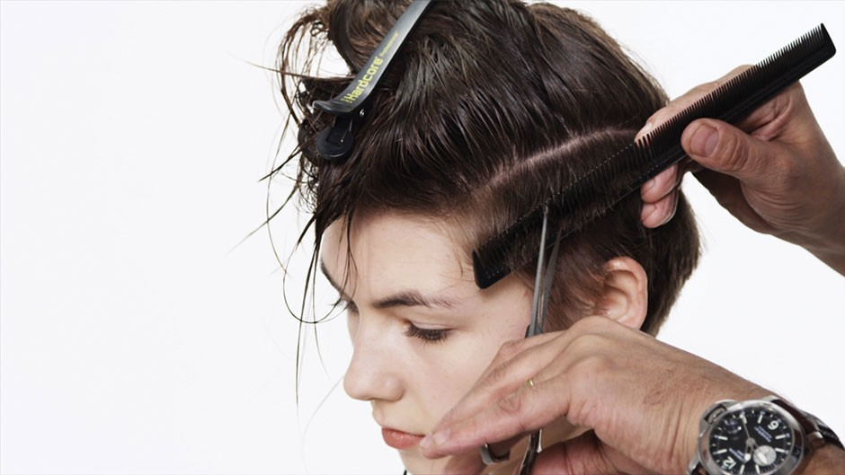 Foto 9: Suavize os lados cortando os cabelos com auxílio de um pente|Divulgação