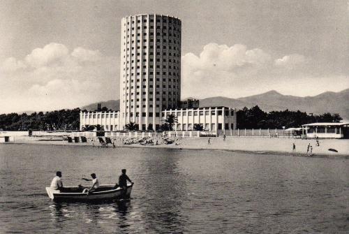 Torre Marina (1933) ex colonia FIAT a Marina di Massa. Architetto Vittorio Bonadè-Bottino. colonie marine