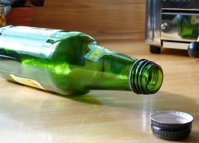 Una bottiglia di birra vuota
